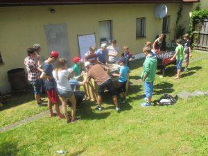 """Bombenstimmung herrschte beim Ersten """"Kick(er) am Gleis""""-Turnier im angrenzenden Bahnhofsgarten. 16 ambitionierte Zweier-Mannschaften traten an zwei Kickern gegeneinander an. Am Ende ging der Wanderpokal an das Vater-und-Sohn-TeamKindermalen (640x480) (2) Michael und Markus Rast aus Oberdorf!"""