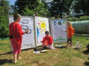 Und für die kleinen Gäste gab es im südlichen Gartentrakt bei strahlendem Sonnenschein Malaktionen und Eisenbahn-Märchenstunden.